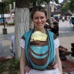 MI âgée de 1 mois dans son premier kangourou sur le devant avec une écharpe Néobulle Simon longueur 4m50 – Fuzimiao, Nanjing, Jiangsu, Chine