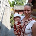 MI 4 mois portée en sling d'une maman couseuse – Jimingsi, Nanjing, Jiangsu, Chine - On peut voir que le sling n'est pas bien installé sur mon épaule, il est trop près du cou et pas assez déployé.