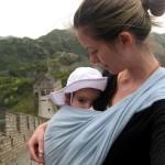 l'écharpe de portage facilite l'allaitement, allaiter même sur la Muraille de Chine !